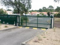 Portail coulissant Alu vert 6005 résidence copropriété