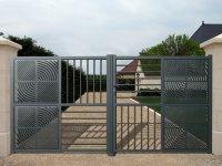 Portail d'entrée gris en aluminium